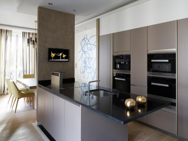 Une cuisine tout équipée et discrète - Un appartement graphique revisite les codes classiques parisiens