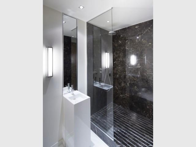 Une salle de douche luxueuse - Un appartement graphique revisite les codes classiques parisiens