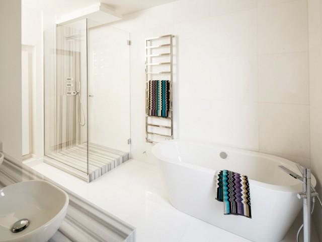 Une salle de bains contemporaine immaculée - Un appartement graphique revisite les codes classiques parisiens
