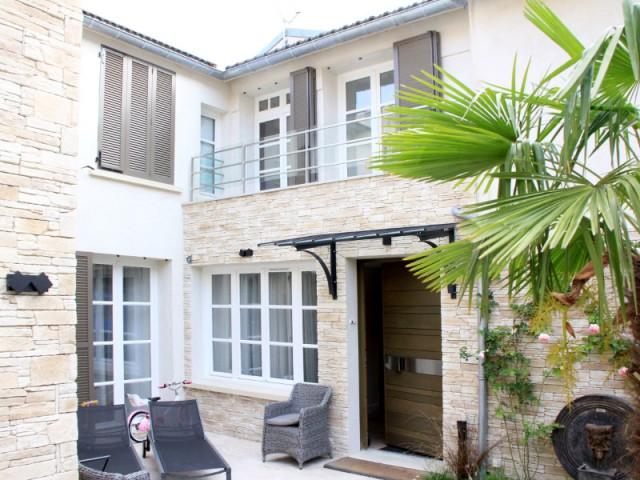 Une petite extension pour réunir les ailes de la maison - Trois logements deviennent une demeure familiale