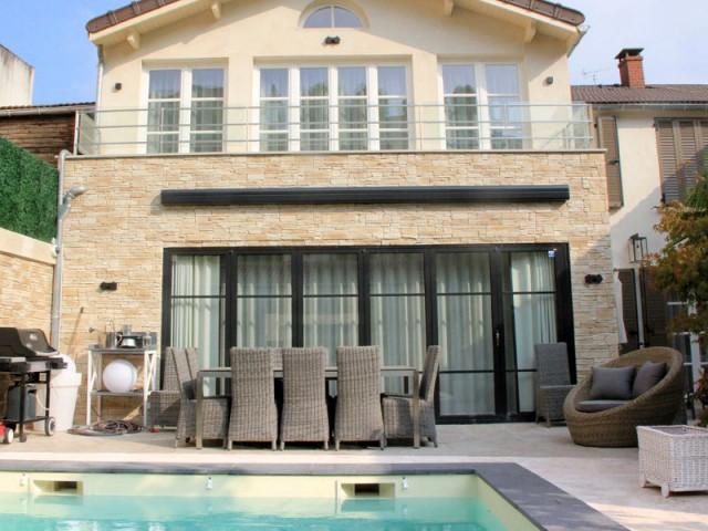 Un parement en brique sur la façade pour plus de charme - Trois logements deviennent une demeure familiale