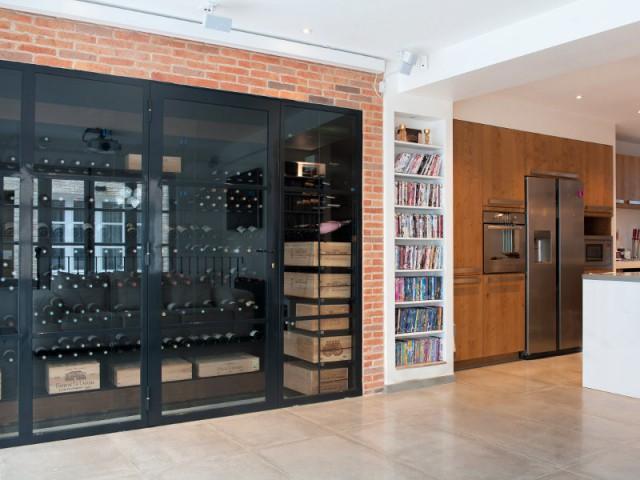 Une salle de home cinema et une cave à vin dans l'extension - Trois logements deviennent une demeure familiale