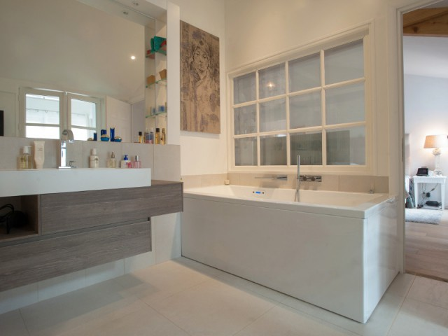 La salle de bains de la suite parentale - Trois logements deviennent une demeure familiale