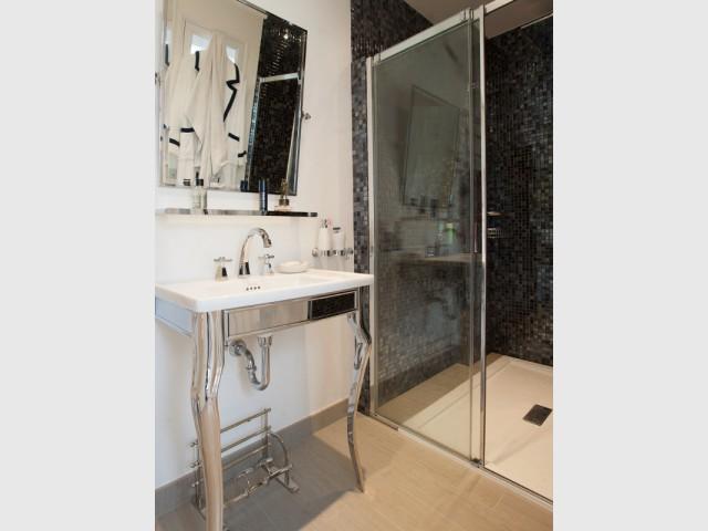 Une salle de bains et une chambre dans la deuxième aile de la maison - Trois logements deviennent une demeure familiale