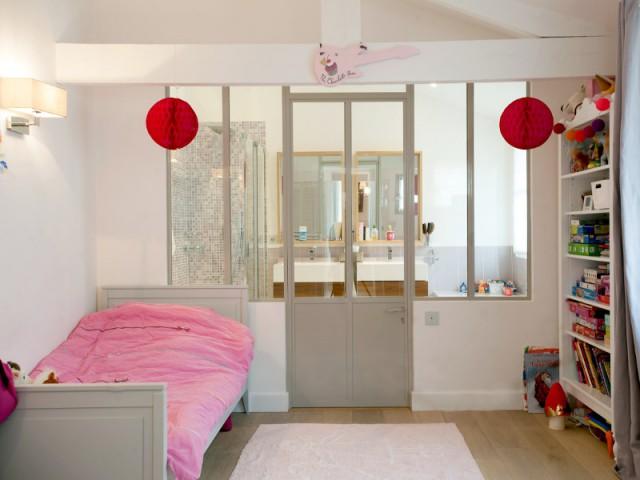 Une chambre d'enfant avec sa salle de bains attenante - Trois logements deviennent une demeure familiale