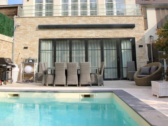 Terrasse, pelouse et piscine à l'extérieur - Trois logements deviennent une demeure familiale
