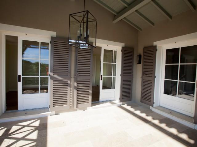 Une terrasse à l'étage qui relie deux chambres - Rénovation d'une maison provençale