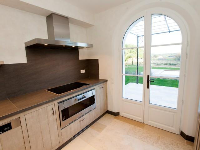 Une cuisine qui donne sur la terrasse - Rénovation d'une maison provençale