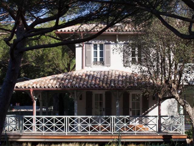 Une climatisation naturelle grâce aux pins centenaires - Rénovation d'une maison provençale