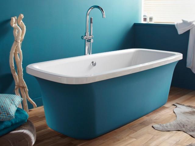 Une baignoire assortie au mur de la salle de bains - Le bleu canard envahit la maison