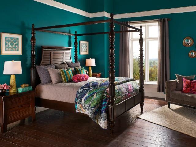 Une chambre classique en bois rehaussée par un bleu-vert soutenu - Le bleu canard envahit la maison