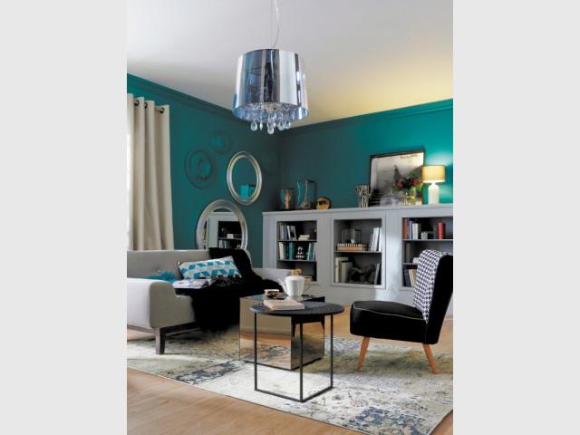 Un salon éclectique unifié par des murs bleu canard - Le bleu canard envahit la maison