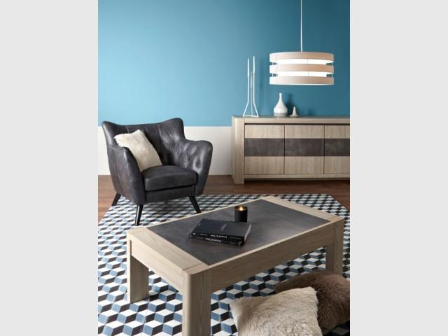 Un tapis graphique assorti au mur pour un salon moderne - Le bleu canard envahit la maison