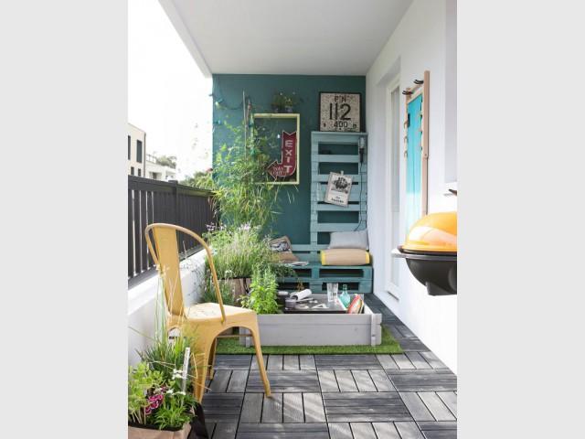 Un mur bleu-vert pour une terrasse à vivre - Le bleu canard envahit la maison