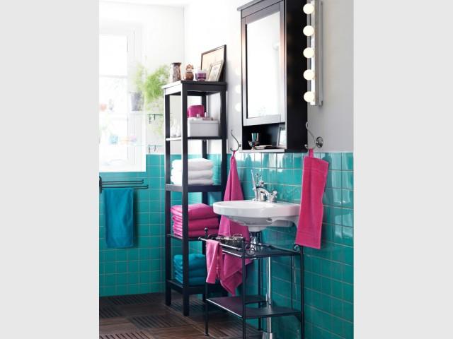Des carreaux bleu-vert sur la moitié du mur pour une salle de bains pétillante - Le bleu canard envahit la maison
