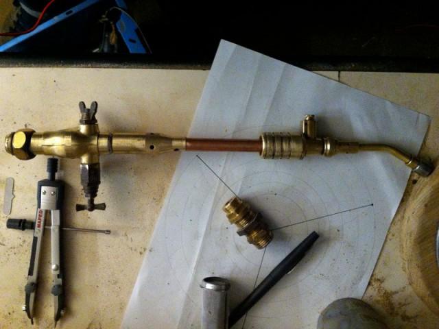 Avant : Des éléments en cuivre et laiton provenant d'objets hétéroclites - Concours Copper upcycling