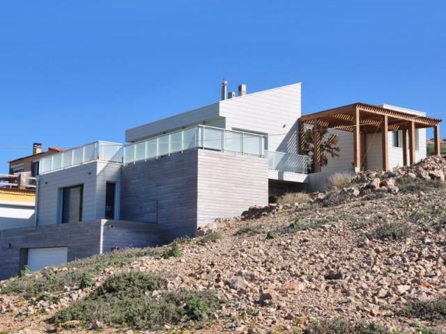 Une maison sur plusieurs niveaux adaptée au dénivelé du terrain - Une villa cachée parmi les rochers au bord de la mer