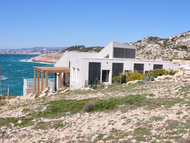 Une villa cachée parmi les rochers - Une villa cachée parmi les rochers au bord de la mer