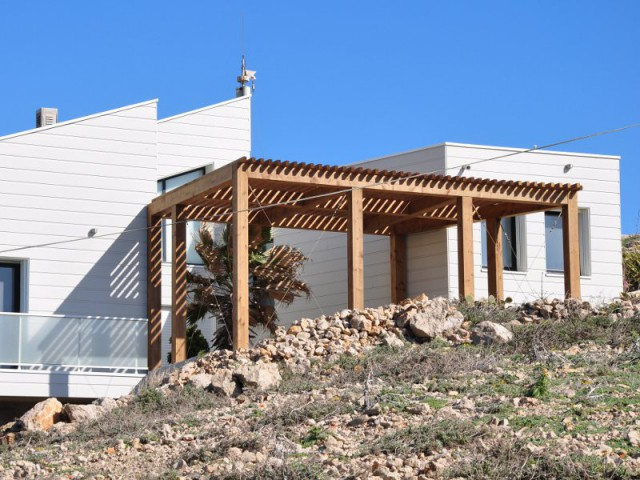 Une pergola pour profiter au mieux du climat de la région - Une villa cachée parmi les rochers au bord de la mer