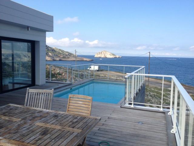 Une piscine avec vue sur la mer sur le toit du garage  - Une villa cachée parmi les rochers au bord de la mer