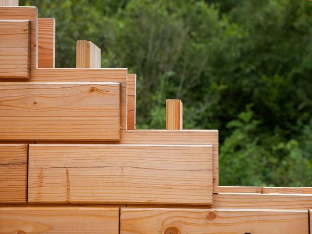 Les briques d'une maison en bois assemblées comme un jeu de Lego