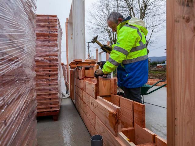 Copeaux de bois comme isolant - Les briques d'une maison en bois assemblées comme un jeu de Lego