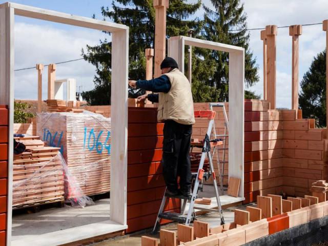 Un concept exporté à l'étranger - Les briques d'une maison en bois assemblées comme un jeu de Lego
