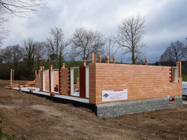 Une dimension sociale - Les briques d'une maison en bois assemblées comme un jeu de Lego