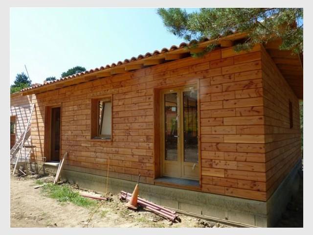 Un développement dans le bâtiment ? - Les briques d'une maison en bois assemblées comme un jeu de Lego
