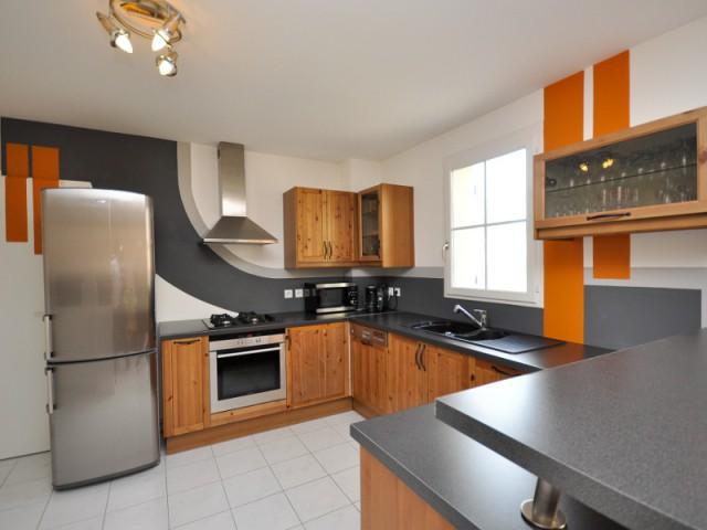 Une cuisine gagne en modernité grâce à un jeu de lignes et de courbes - Le design mural, solution pour dynamiser les intérieurs