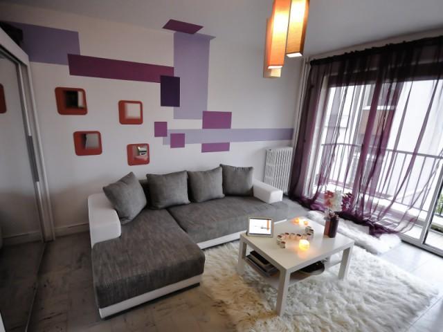 Une pièce à vivre féminine grâce à une décoration murale en escalier - Le design mural, solution pour dynamiser les intérieurs