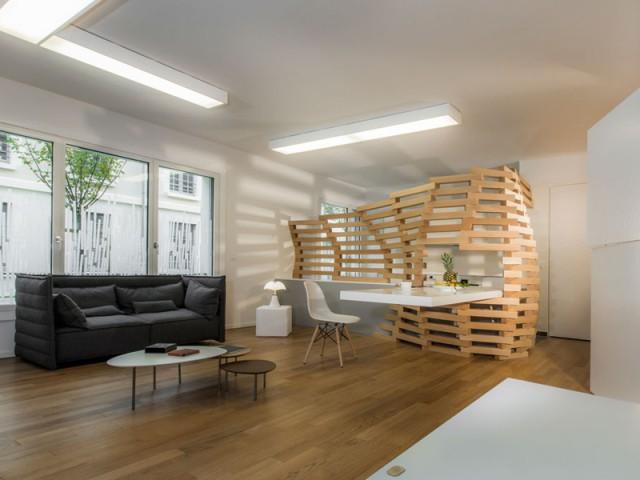 Un appartement parcouru par une vague en bois
