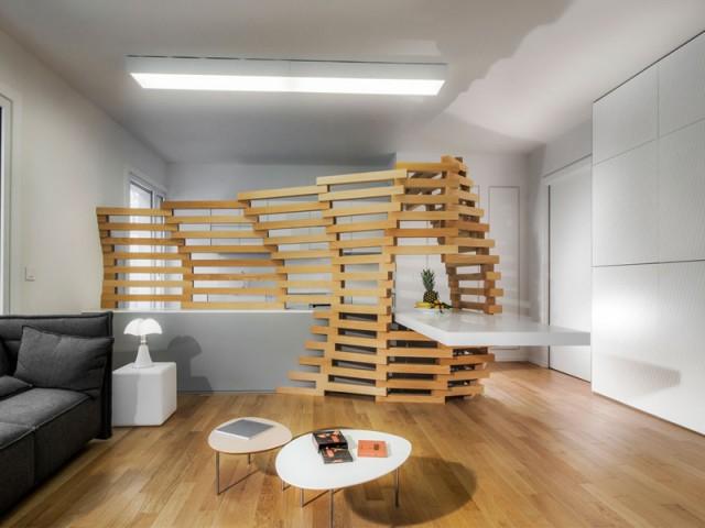 Un claustra constitué de 131 pièces de hêtre pour délimiter la cuisine - Un appartement parcouru par une vague en bois