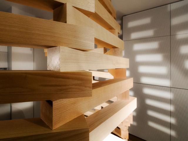 Une vague qui crée une dynamique dans l'appartement - Un appartement parcouru par une vague en bois