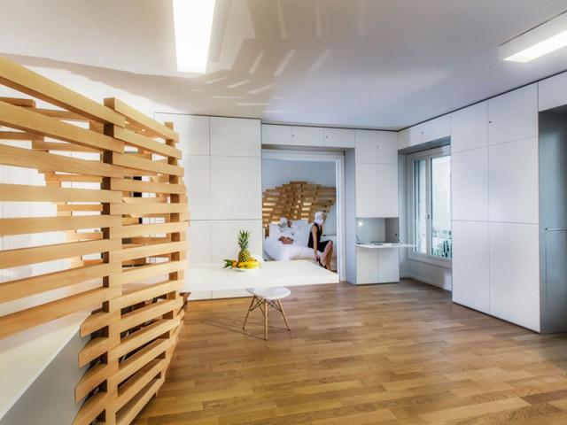 Des rangements ajoutés sur tout l'espace mural disponible - Un appartement parcouru par une vague en bois