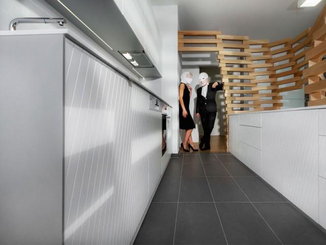 La cuisine transformée en une pièce à part entière - Un appartement parcouru par une vague en bois
