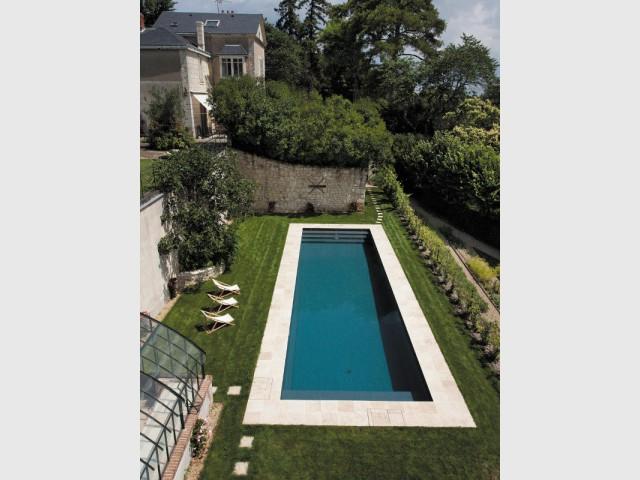Installer une piscine tout en protégeant la structure du terrain - Piscine Carré Bleu / Paysage piscine tennis