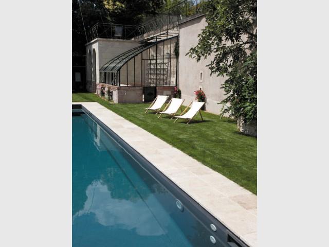 Un équipement complet pour une piscine de luxe  - Piscine Carré Bleu / Paysage piscine tennis