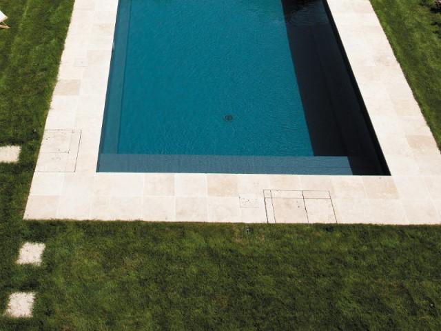 Une couverture de sécurité au moteur bien caché - Piscine Carré Bleu / Paysage piscine tennis