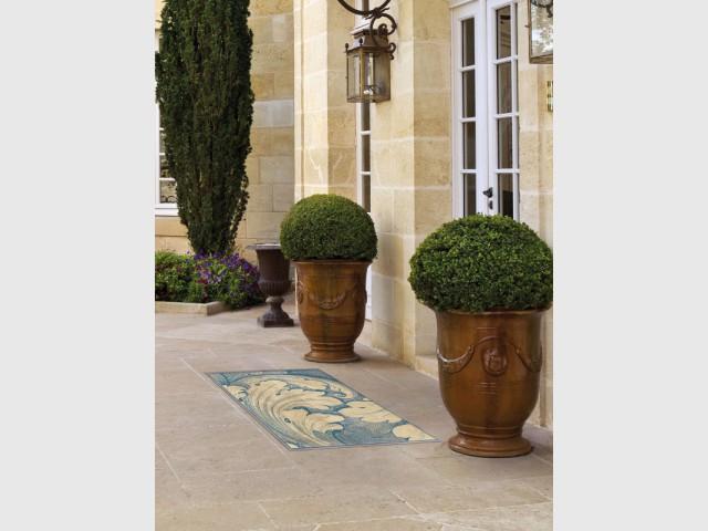 Une dalle colorée devant la porte d'entrée pour matérialiser un perron - DivineGlass