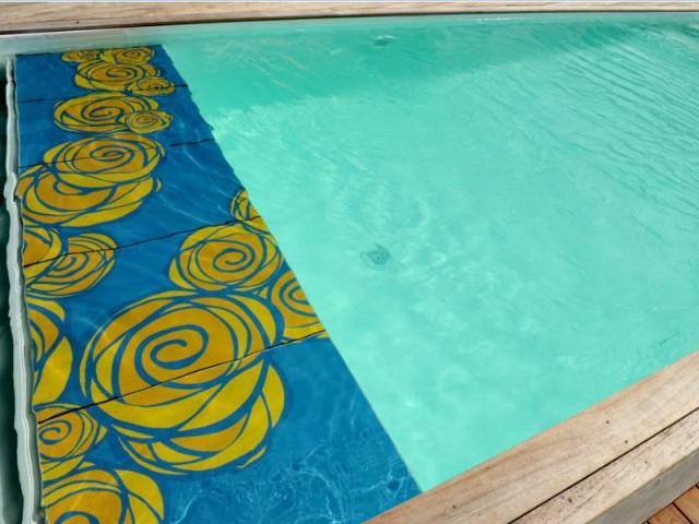 Une plage immergée colorée pour une piscine vivante - DivineGlass