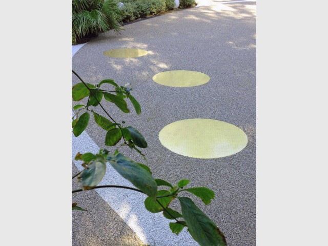 Des dalles lumineuses rondes pour baliser l'allée de garage - DivineGlass