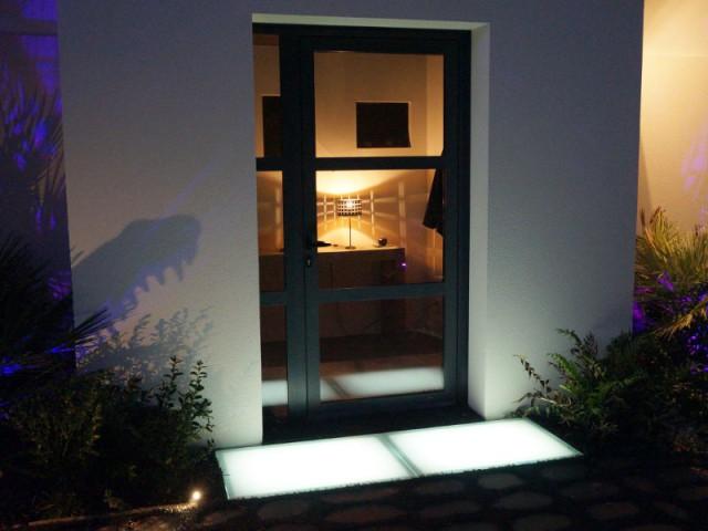 Une dalle lumineuse sur le pas de la porte pour éclairer l'entrée - DivineGlass