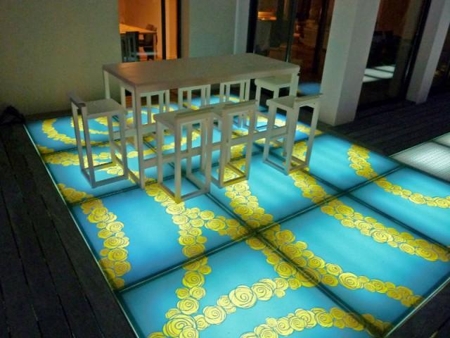 Une terrasse rétroéclairée pour une ambiance feutrée la nuit - DivineGlass