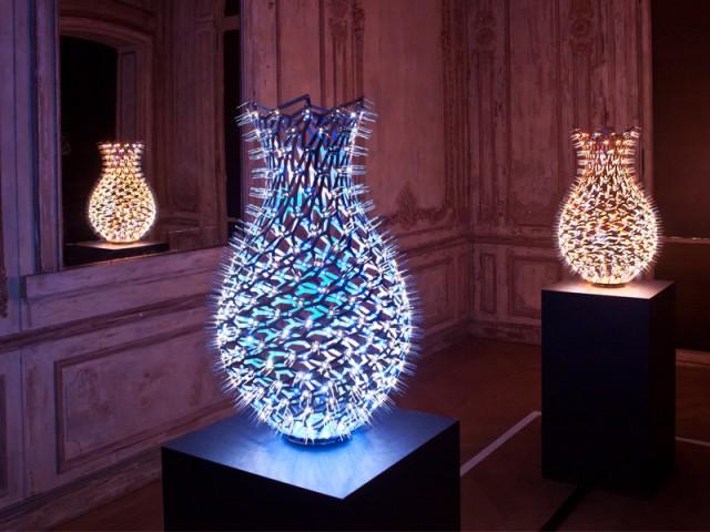 """Un savant tissage de lumières LED pour créer des vases  - Exposition """"Lumières, - The Play of brilliants"""""""