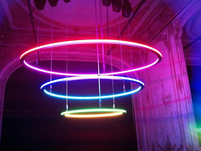 """Des anneaux lumineux qui flottent dans l'air - Exposition """"Lumières, - The Play of brilliants"""""""