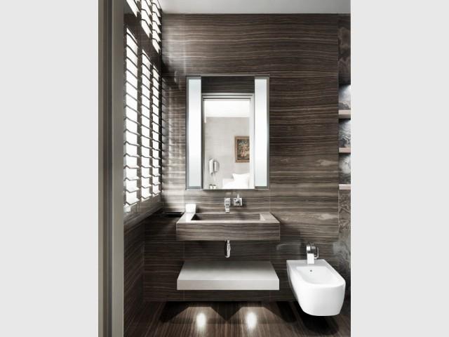 Une salle de douche entièrement modernisée - The London Apartment by Kelly Hoppen