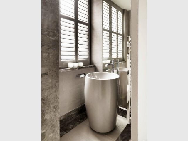 Lavabo original et robinetterie de luxe pour une salle de bains chic - The London Apartment by Kelly Hoppen