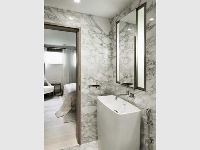Une salle de bains comme dans un hôtel - The London Apartment by Kelly Hoppen