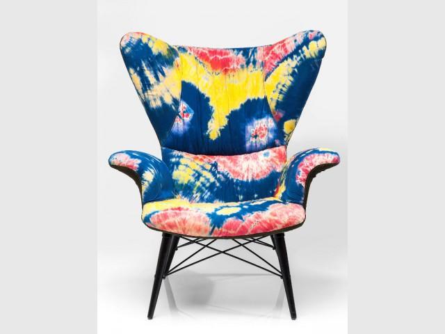 Un fauteuil psychédélique en tie and dye - Fauteuil